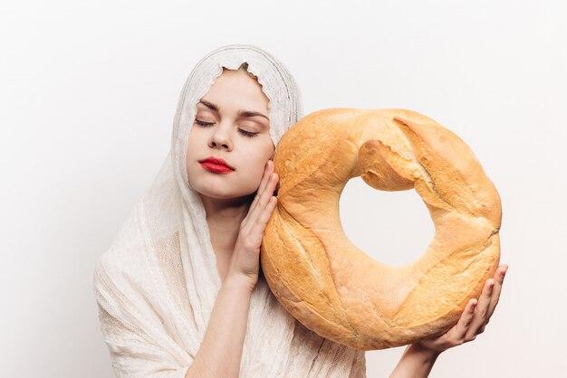 Donna con pane, grande pane fresco