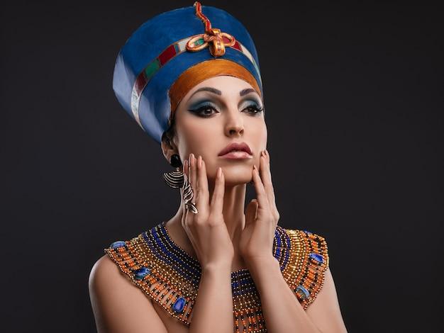 Donna con occhi marroni e trucco da sera come regina d'egitto cleopatra