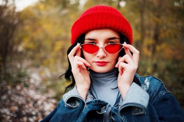 Donna con capelli castani all'aperto nel parco autunnale