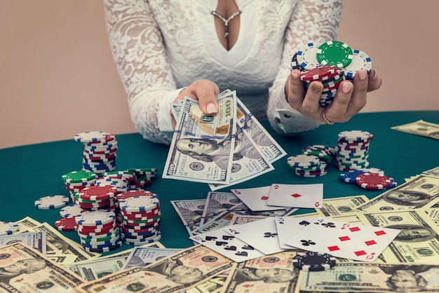 Donna con fiches del casinò e banconote in dollari nelle mani