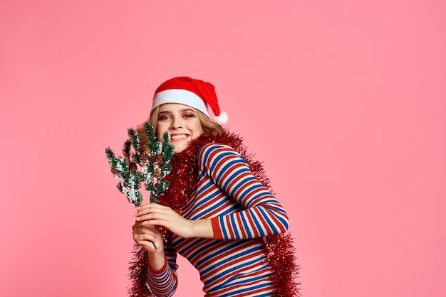 Donna con rami di albero di natale nelle mani