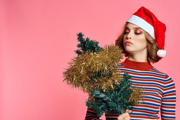 Donna con un cappello da albero di natale