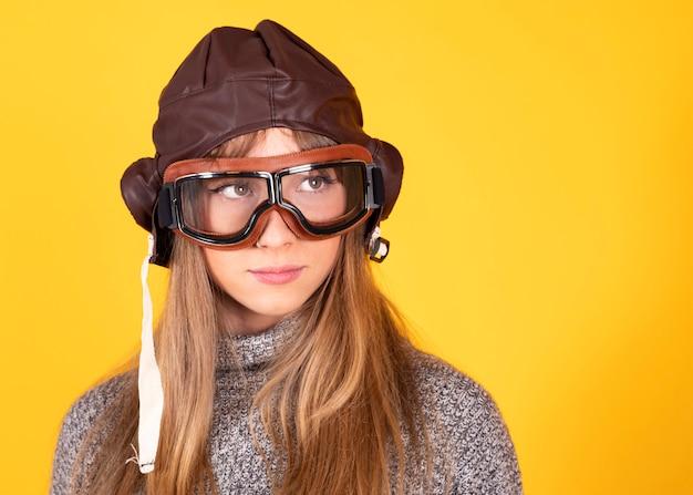 Donna con clascias occhiali pilota, concetto di viaggio, su