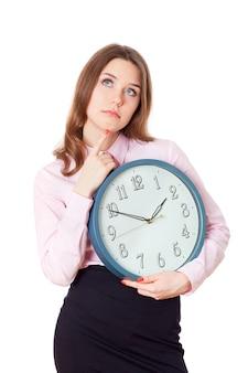 Donna con un orologio in mano che pensa