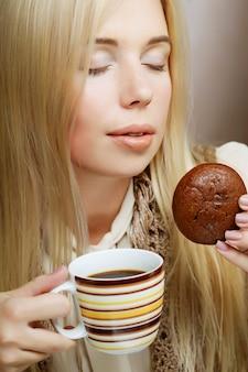 Donna con caffè e biscotti