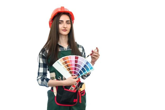 Donna con tavolozza dei colori e pennello isolato su bianco