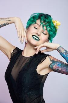 Donna con trucco e capelli da colorare verde creativo, ciocche di capelli tossiche. capelli ricci di colore brillante sulla testa della ragazza, trucco professionale
