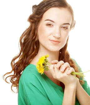 Donna con bouquet di tarassaco