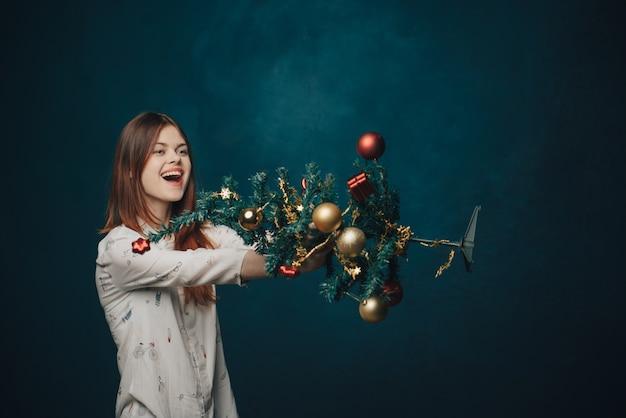 Donna con albero di natale decorato