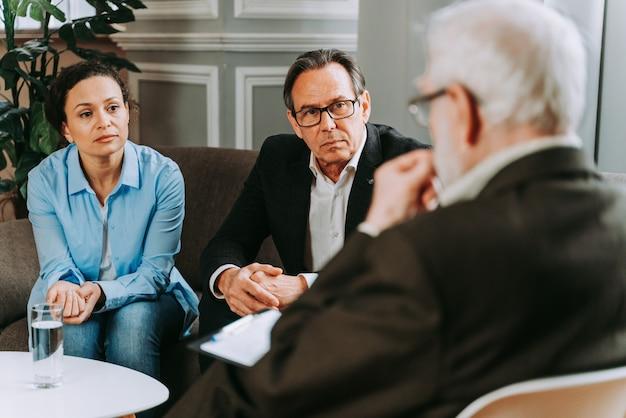 Donna con depressione e problemi di relazione - studio di psicoterapeuta, psicologo in una sessione con il paziente