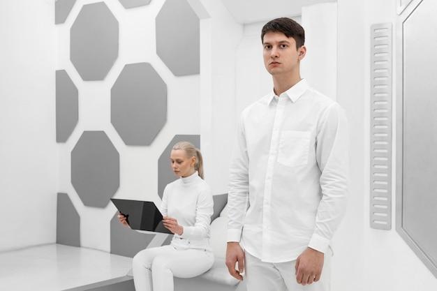 Donna con tavoletta digitale e uomo accanto a lei