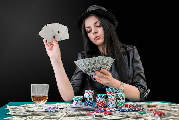 Donna con combinazione di dollari e assi nel casinò
