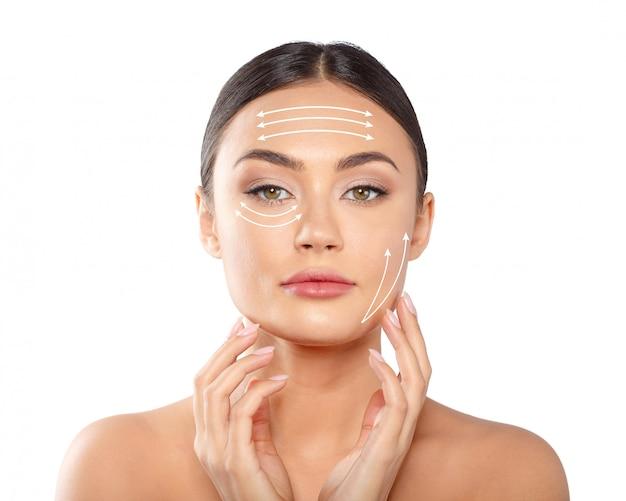 Donna con linee tratteggiate sul viso