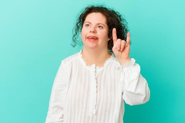 Donna con sindrome di down isolata che mostra un gesto di corna
