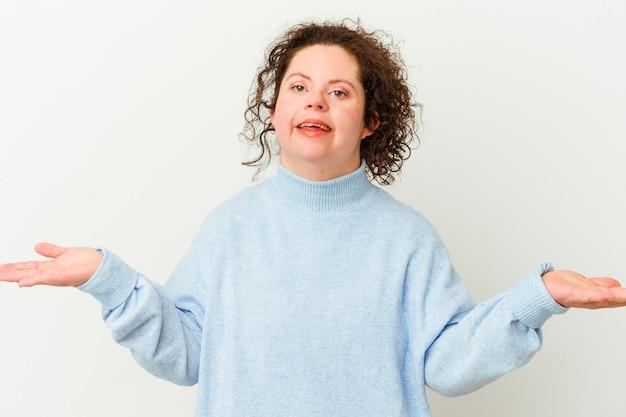 Donna con sindrome di down isolata che mostra un'espressione di benvenuto.