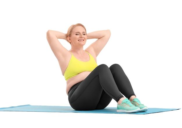 Donna con allenamento con i pesi in eccesso su bianco