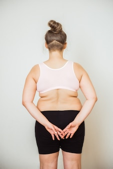 Donna con addome grasso, stomaco femminile in sovrappeso