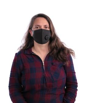 Donna con maschera ffp2 su muro bianco