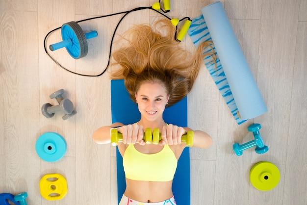 Donna con accessori per il fitness