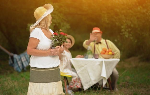 Donna con un mazzo di fiori in un giardino
