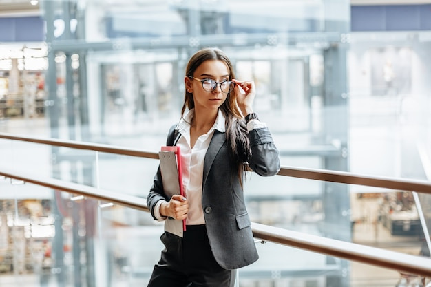 Donna con cartelle con documenti per il lavoro