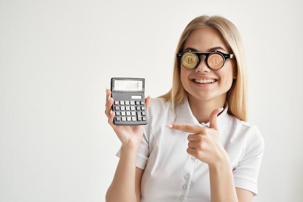 Donna con occhiali criptovaluta bitcoin monete d'oro