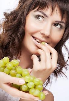 Donna con uva verde