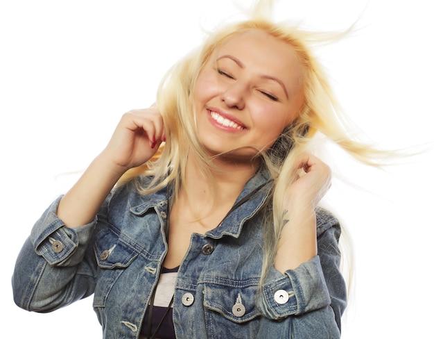 Donna con musica d'ascolto delle cuffie. ragazza dell'adolescente di musica che balla contro il bianco. sfondo isolato.