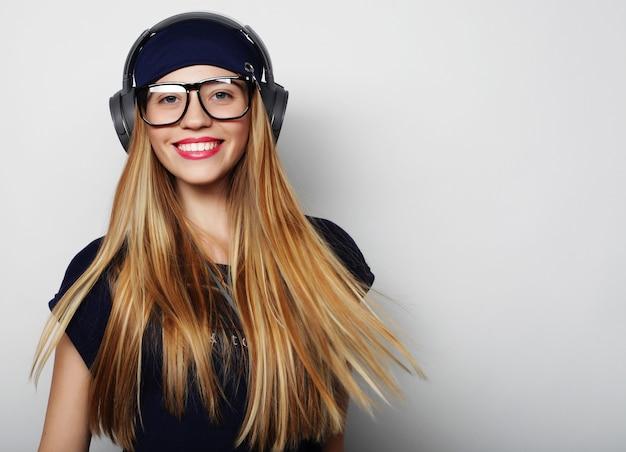 Donna con le cuffie che ascolta musica