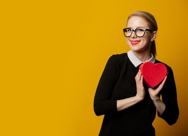 Donna con confezione regalo a forma di cuore