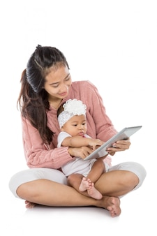 Donna con il suo bambino che per mezzo insieme della compressa