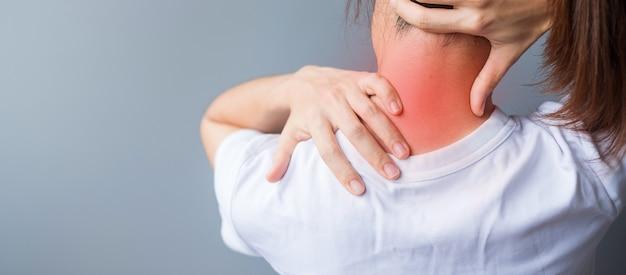 Donna con distorsione al collo, dolore muscolare durante il superlavoro. ragazza che ha problemi con il corpo dopo il risveglio. torcicollo, sindrome dell'ufficio e concetto ergonomico