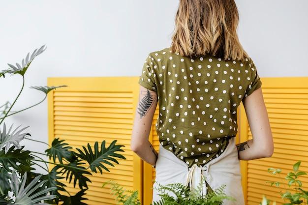 Donna con il suo piccolo giardino