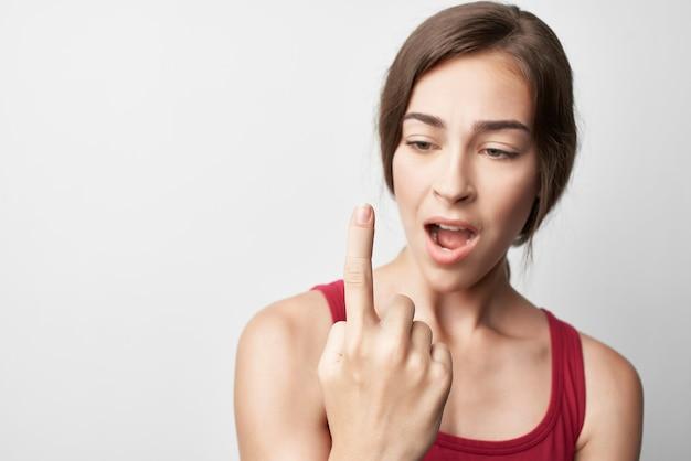 Donna con problemi di salute della medicina del dolore dell'indice ferito