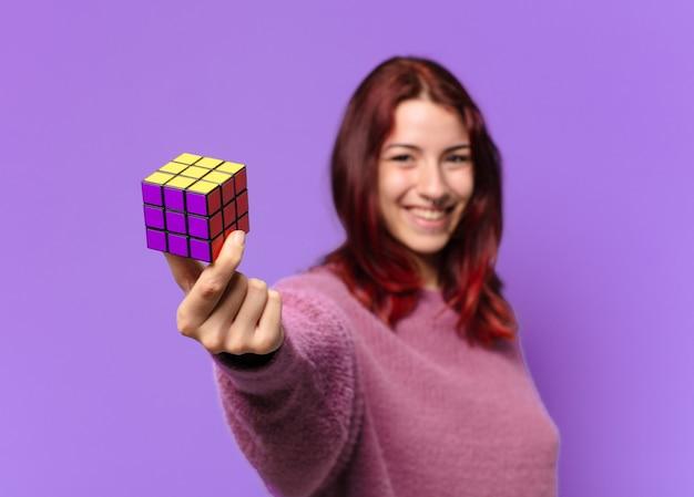 Donna con una sfida giocattolo intelligente