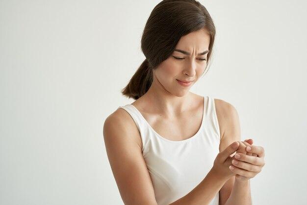 Donna con dolori articolari reumatismi problemi di salute medicina