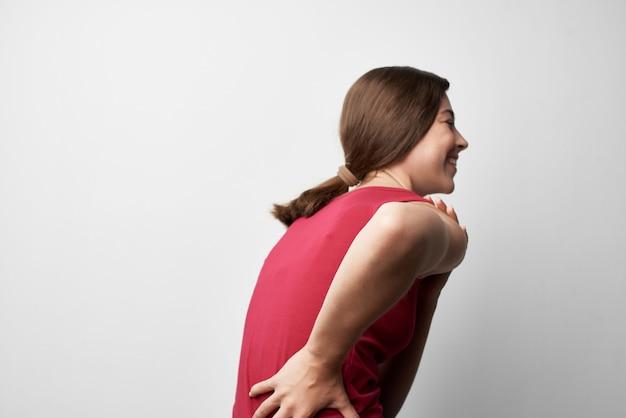 Donna con dolori articolari reumatismi problemi di salute recupero