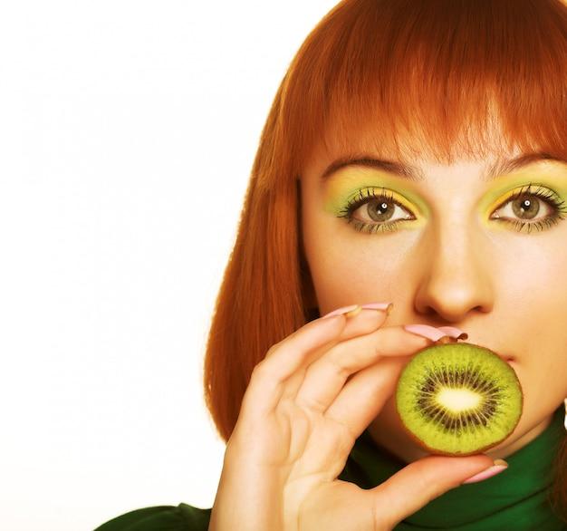 Donna con un kiwi