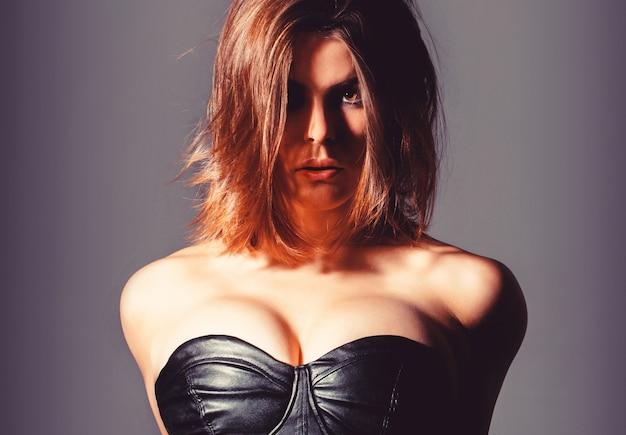 Donna con grandi seni. topless erotico, tetta. ragazza sexy, grandi tette, in topless. seno femminile sensuale. protesi al silicone. donna sexy in abbigliamento erotico fetish.