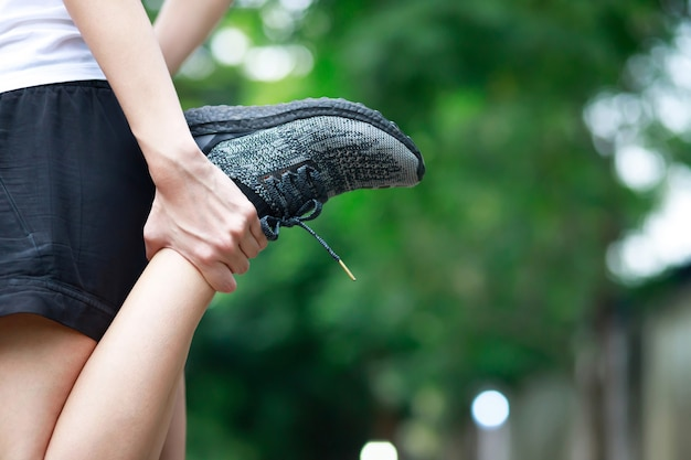 Una donna con un dolore alla gamba nel parco