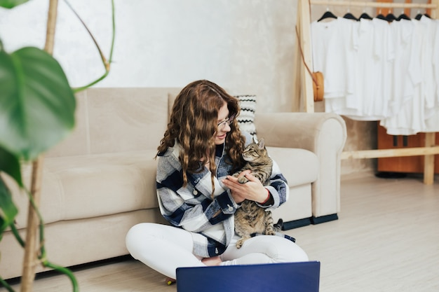 Donna con gattino lavora a casa