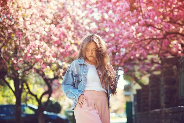 Donna con capelli lunghi che cammina in primavera