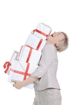 Donna con un sacco di scatole regalo.