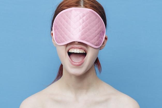 Donna con una maschera per dormire sul viso