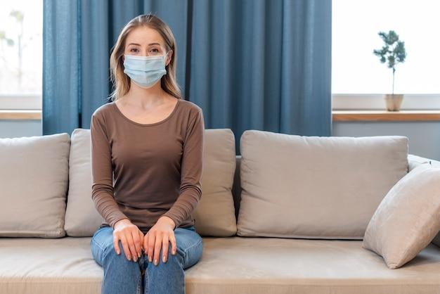 Donna con maschera rimanendo in quarantena