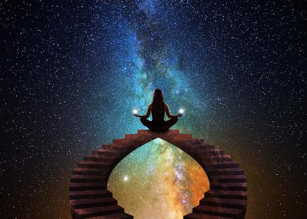 Donna con posa yoga meditativa
