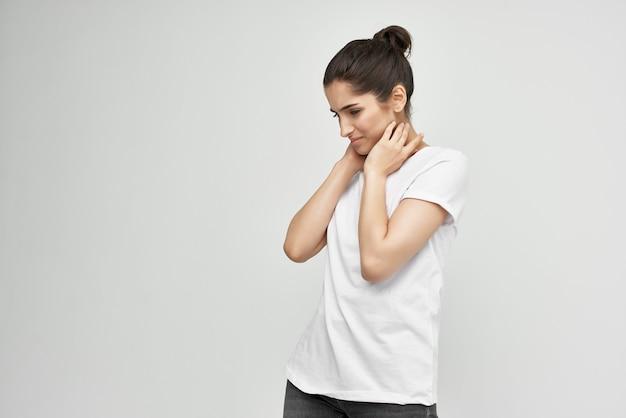 Donna con problemi di salute di dolore al collo sfondo chiaro