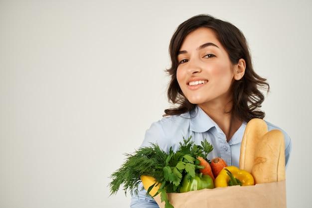Donna con un pacco di spesa casalinga servizio di consegna