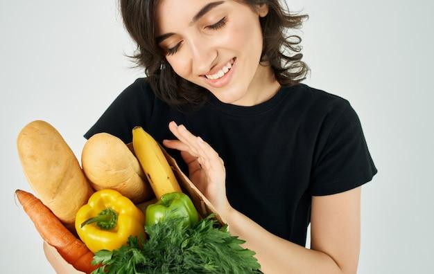 Donna con il pacchetto di spesa al supermercato di cibo sano
