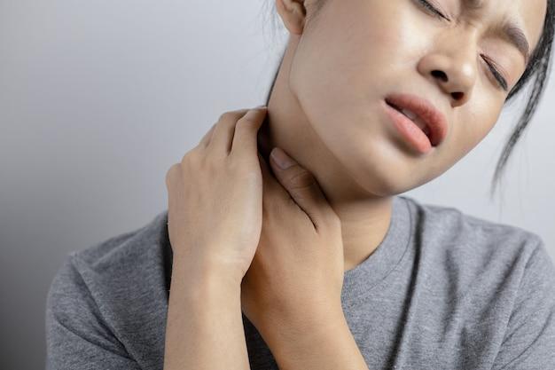 Donna con dolore al collo.